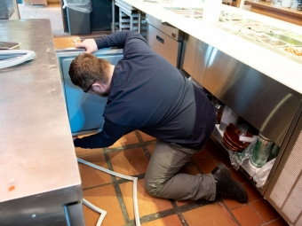 medford-technician-fixinng-refigerator-door